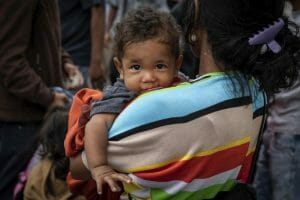 A Venezuelan mother and child cross the Simon Bolivar Bridge to Cúcuta, Colombia, January 2019. © UNHCR/Siegfried Modola
